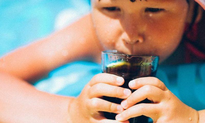 Melhor ir de água: bebidas açucaradas estão mesmo relacionadas à obesidade