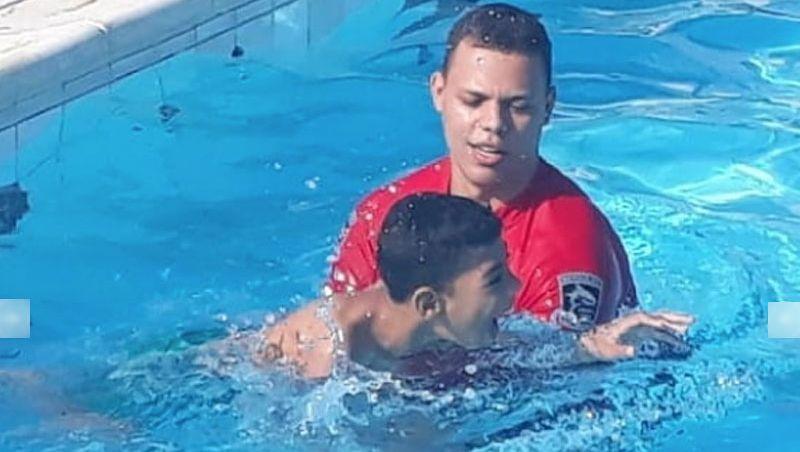Soldado realiza sonho de menino com paralisia: nadar