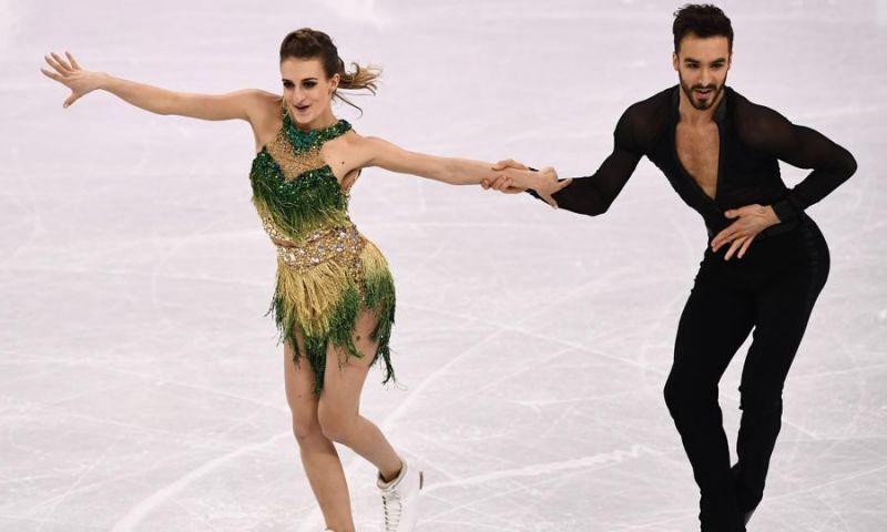 Francesa da patinação perde pontos por deixar seio à mostra