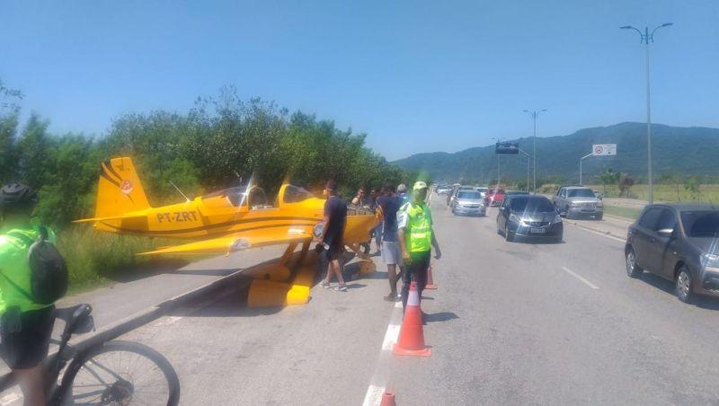Piloto faz pouso emergência em avenida na Zona Oeste do Rio