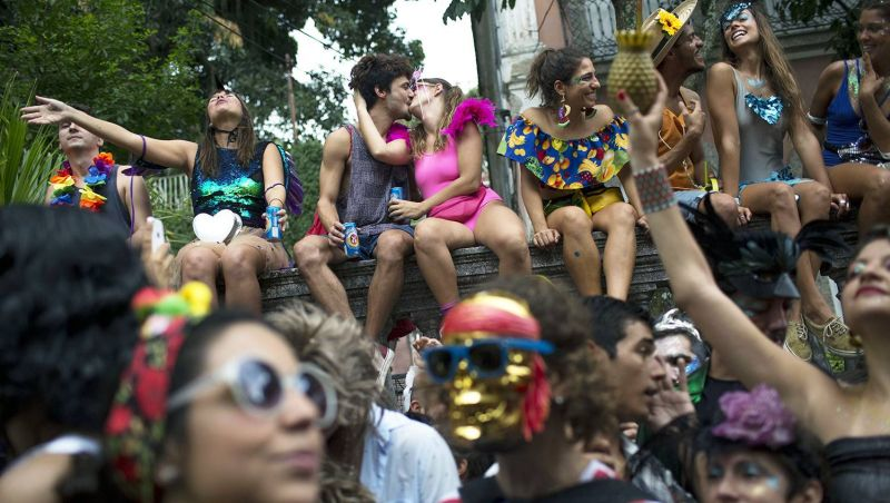 Pré-carnaval movimenta foliões nas ruas do Rio