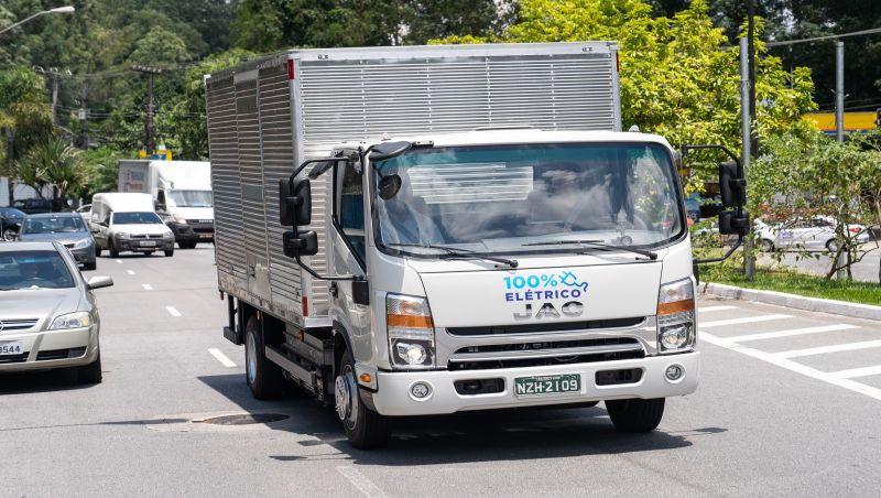 1º caminhão elétrico do Brasil roda 250 km com recarga de R$ 50