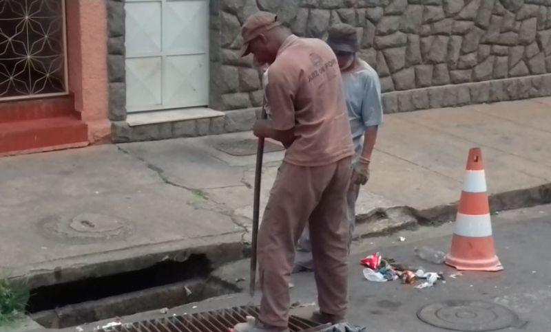 Secretaria de Obras faz manutenção de bocas de lobo em JF