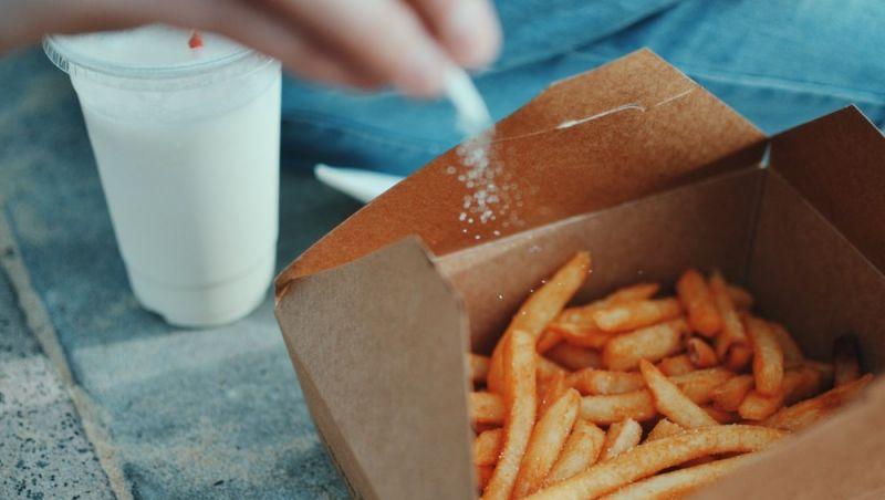 Adolescente fica cego por causa de alimentação à base de batatas fritas