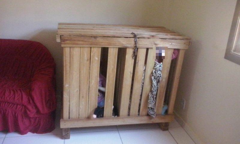Irmãos de 3 anos são encontrados trancados dentro de caixote no ES