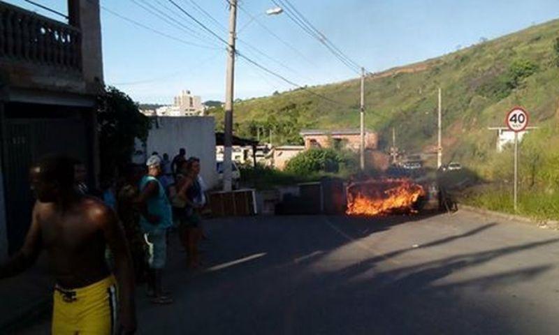 Moradores queimam pneus e fecham rua para protestar contra falta d'água em Juiz de Fora