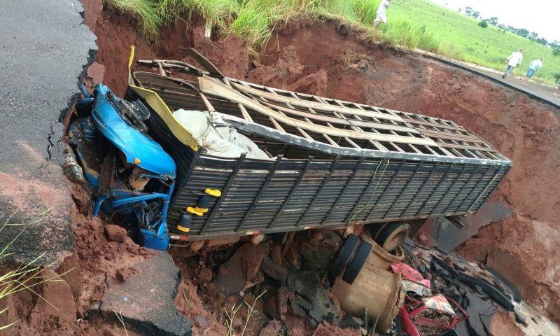 Caminhão cai em cratera e deixa um morto em rodovia de MS