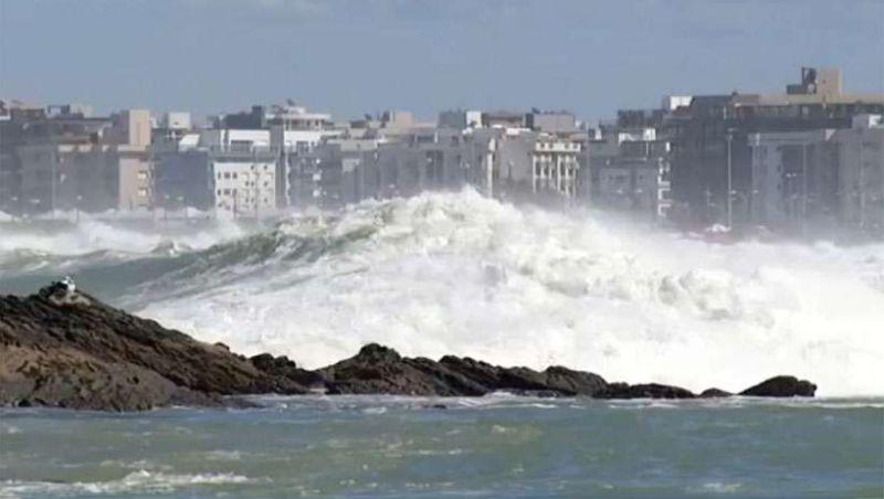 Banhistas arrastados e prejuízos: entenda a ressaca que varreu praias 'mineiras'
