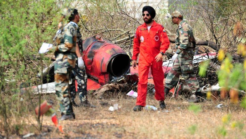 Piloto morre em colisão entre aviões de equipe de acrobacias na Índia