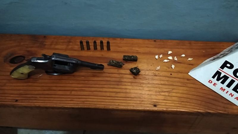 Rio Novo: mulher é presa dentro de ônibus com revólver municiado e drogas