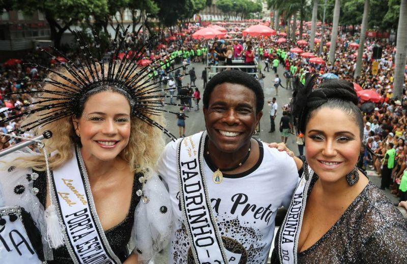 Fantasias criativas marcam desfile do Cordão da Bola Preta no Rio