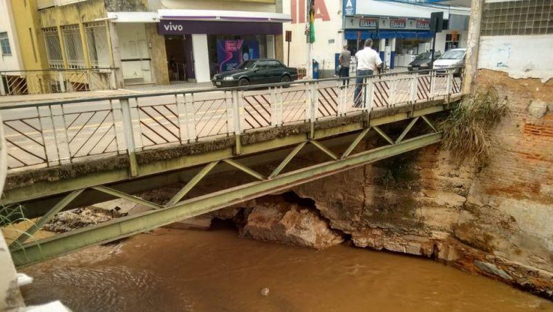 Prédios perto de ponte que cedeu são interditados no Centro de Ubá