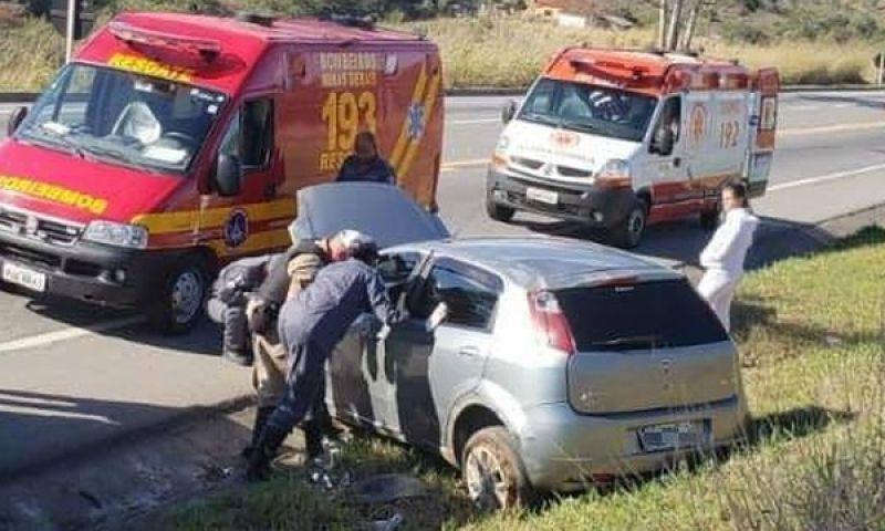 Motorista fica ferido após capotar carro na BR-265 próximo a Barbacena