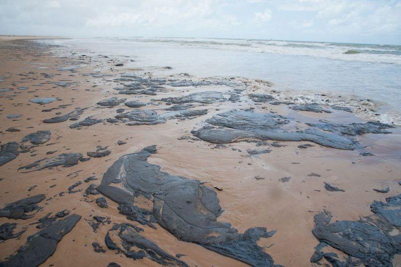 Manchas de óleo aumentam no litoral de Sergipe