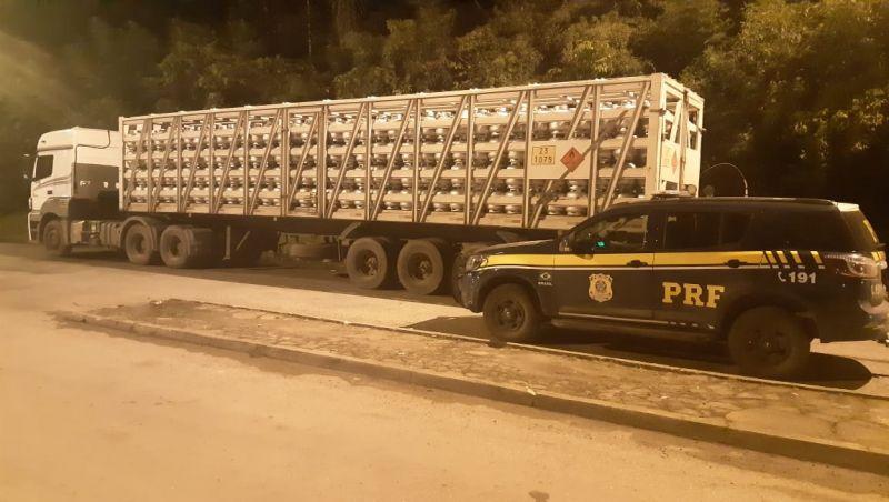 PRF apreende carreta com 996 botijões de gás em JF