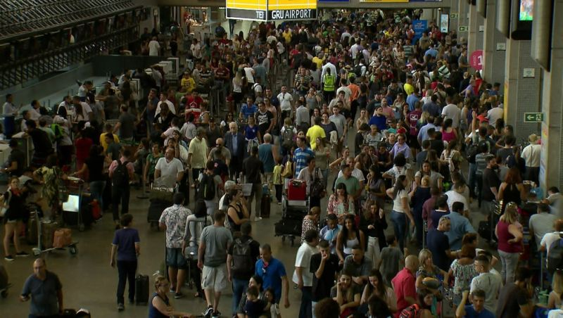 Passageiros ainda enfrentam filas e atrasos de voos em Guarulhos