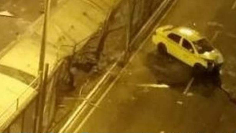Ponto de ônibus fica destruído após acidente com táxi no Centro de Juiz de Fora