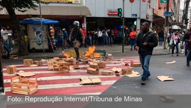 JF: Manifestantes ateiam fogo em caixas no meio da Avenida Getúlio Vargas