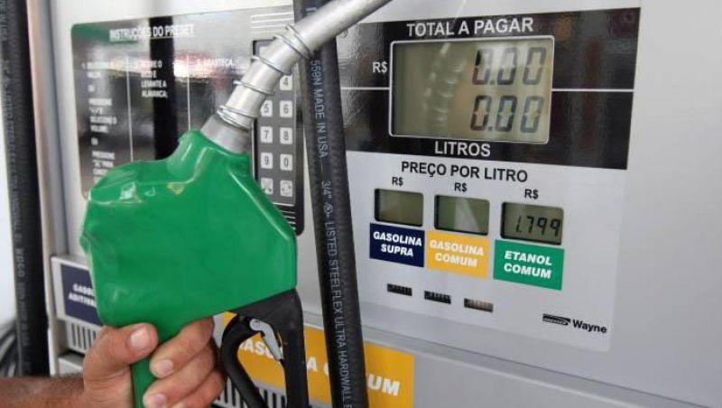 Após semana com preço estável, Petrobras volta a baixar gasolina.