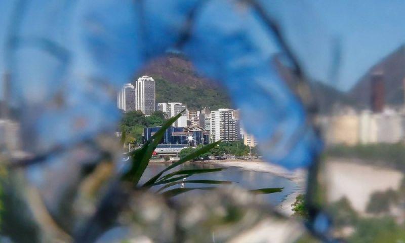 'Achei que fosse apenas assistir pela TV', diz morador de apartamento atingido por bala perdida no Rio