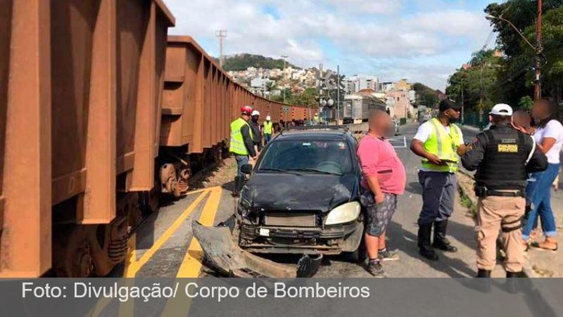 Carro colide contra trem e fecha trânsito na região do Morro da Glória