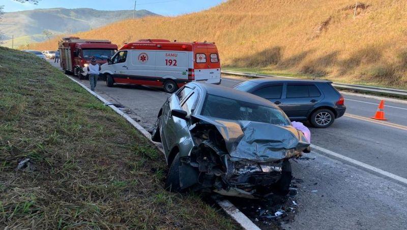 Três pessoas ficam feridas em acidente na BR-267 em Lima Duarte
