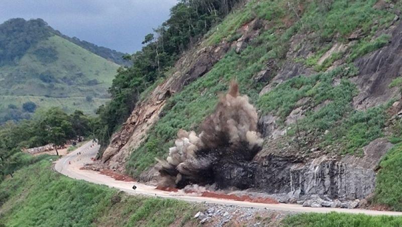 BR-116 será interditada na tarde desta sexta para nova detonação de rochas na Serra de Belvedere em Muriaé