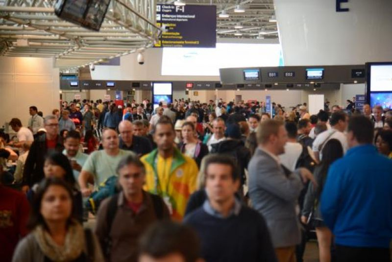 Passageiros lotam aeroportos na antevéspera de Natal