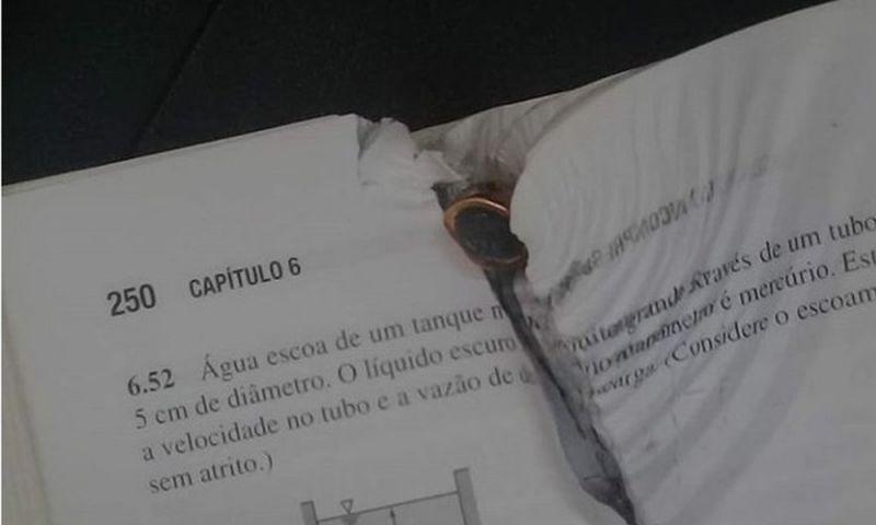 Livro para bala e salva aluno em local de chacina em Fortaleza