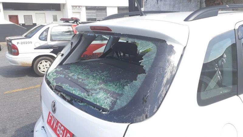 Mulher destrói carro de marido ao flagrar traição e tenta agredir PMs em SP