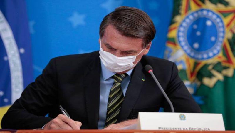 Bolsonaro assina MP que permite suspender contratos de trabalho por até 4 meses