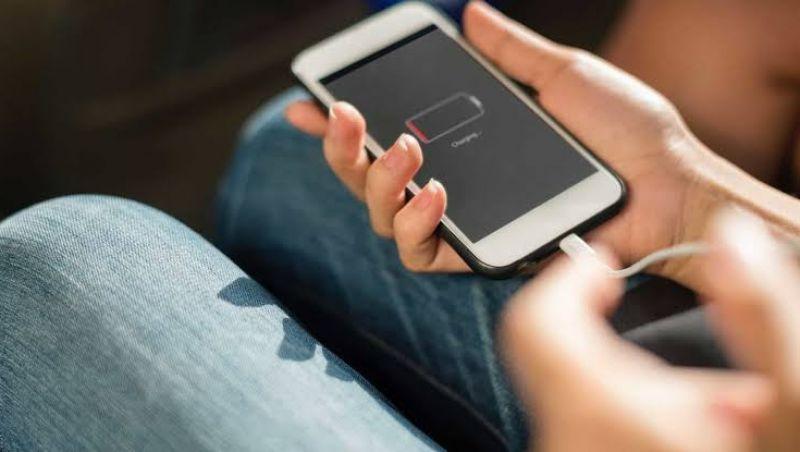 Adolescente morre eletrocutado ao colocar o celular para carregar em Montes Claros, MG