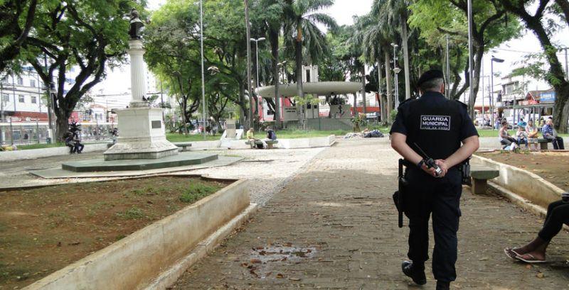 Guarda Municipal de Juiz de Fora socorre idosa na Praça do Riachuelo