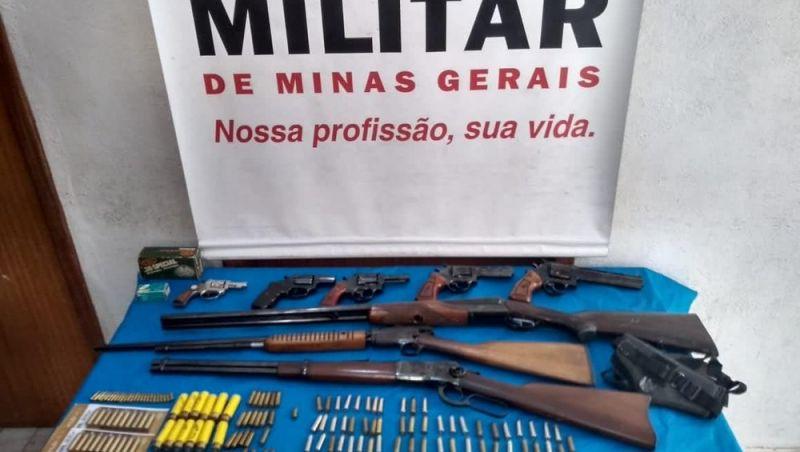Dupla é detida com armas de fogo e munições em Belmiro Braga, MG