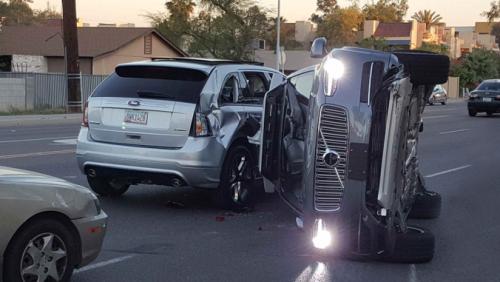 Carro autônomo da Uber capota – e tem testes suspensos
