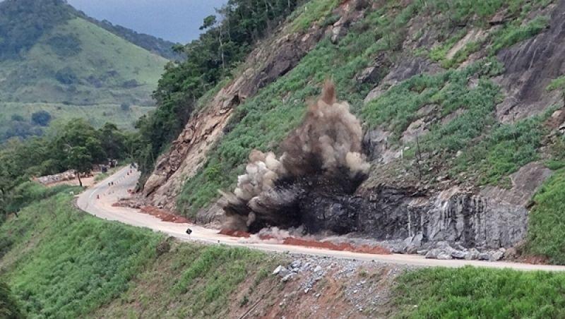 BR-116 será interditada na tarde desta sexta para nova detonação de rochas na Serra de Belvedere