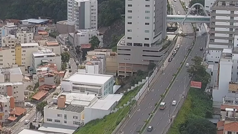 Trânsito é liberado na Avenida Itamar Franco após asfalto ceder em Juiz de Fora