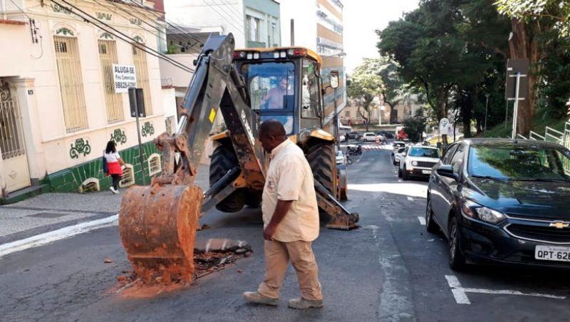 Interdição na Fernando Lobo causa lentidão no trânsito no Centro de JF