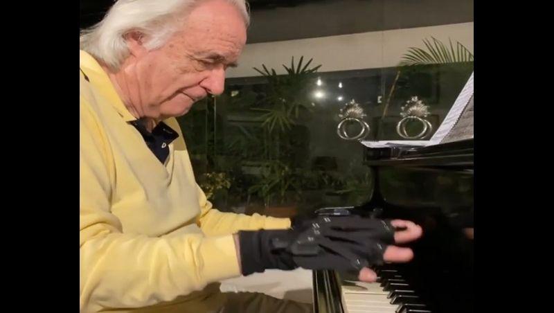 Maestro João Carlos Martins posta novo vídeo tocando com luvas biônicas