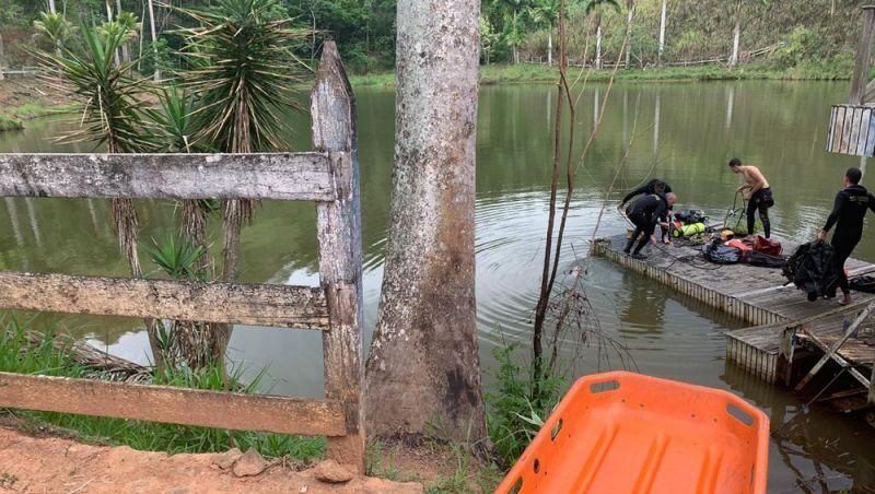 Bombeiros resgatam corpos de tio e sobrinho que se afogaram em açude de Simão Pereira