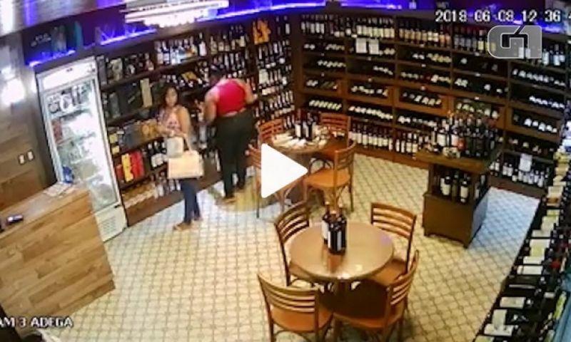 Pai leva filhas à polícia após ver vídeo delas roubando vodca na BA