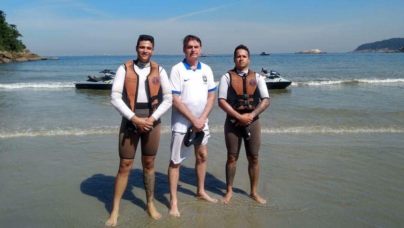 Bolsonaro curte dia de sol no litoral de SP e mergulha a convite da Marinha