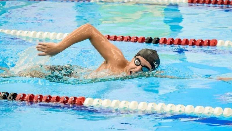 Jovem de 18 anos nada 44 km em 12 horas em Juiz de Fora