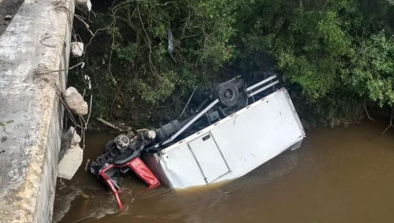 Caminhão cai em rio e motorista é resgatado com água no pescoço na Região Central de MG