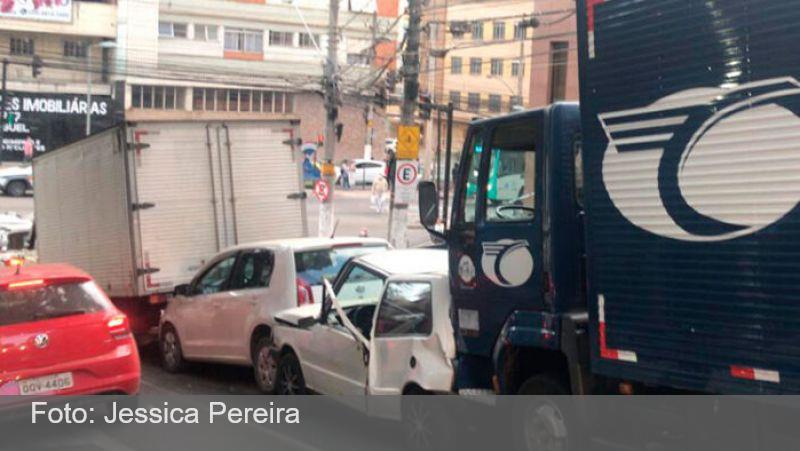 Engavetamento entre seis veículos complica trânsito no Centro de JF