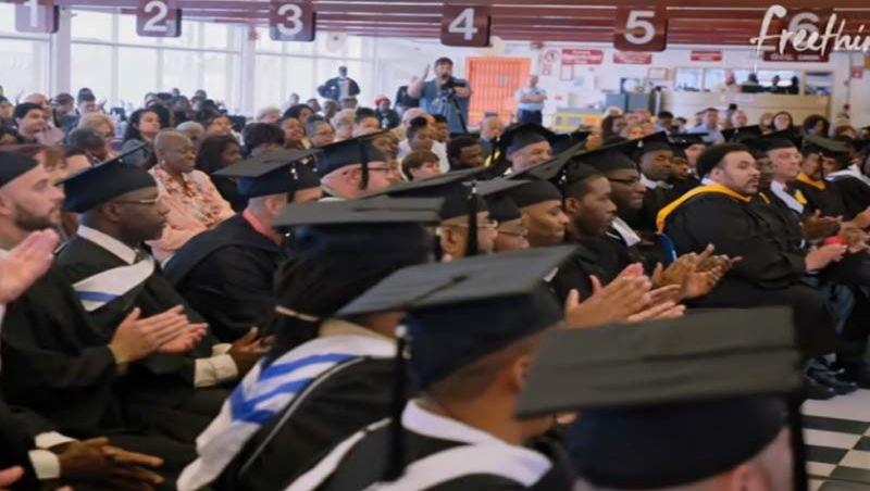 Programa barato forma presos na universidade e só 2% voltam ao crime