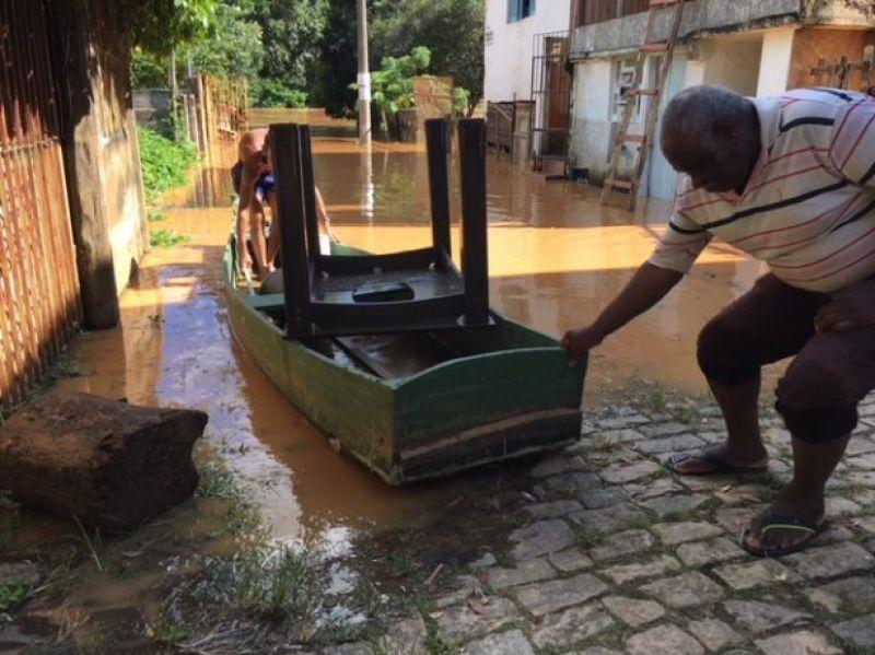 Rio Pomba invade as primeiras casas em Cataguases