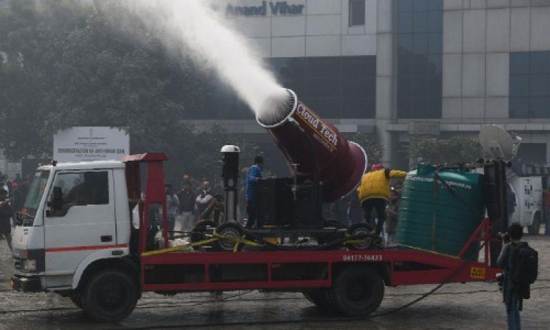Índia testa canhão de água para combater poluição atmosférica