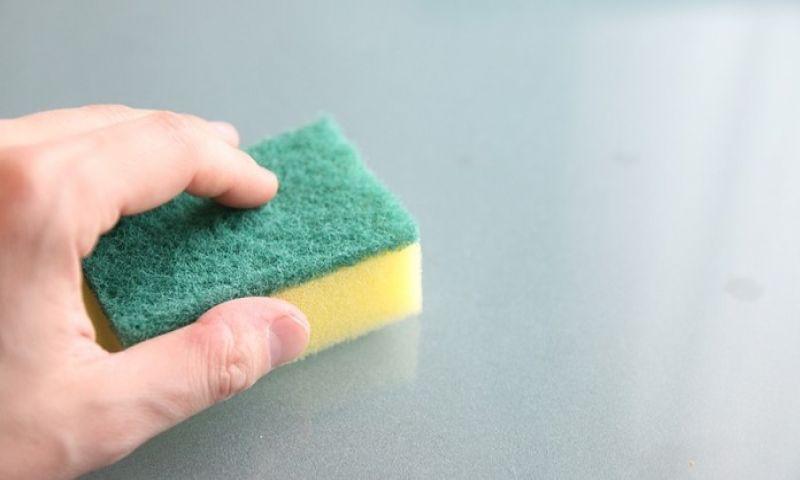 Como manter as esponjas de cozinha limpas?