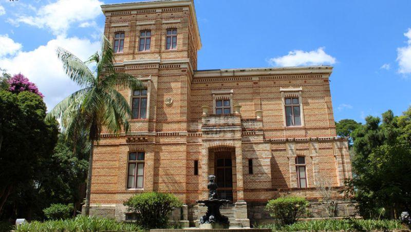 Visitantes seguem tradição e jogam moedas em chafariz no Museu Mariano Procópio